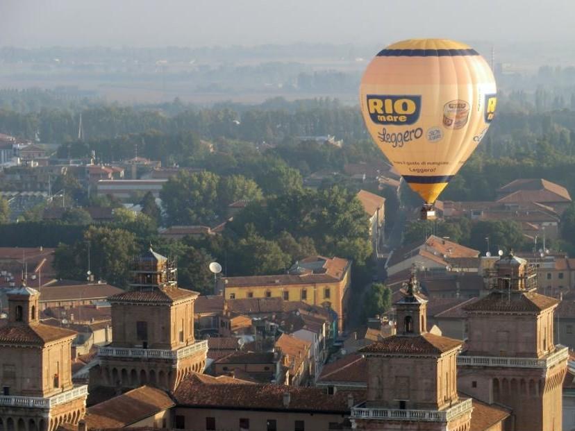 Mongolfiera in volo su Ferrara