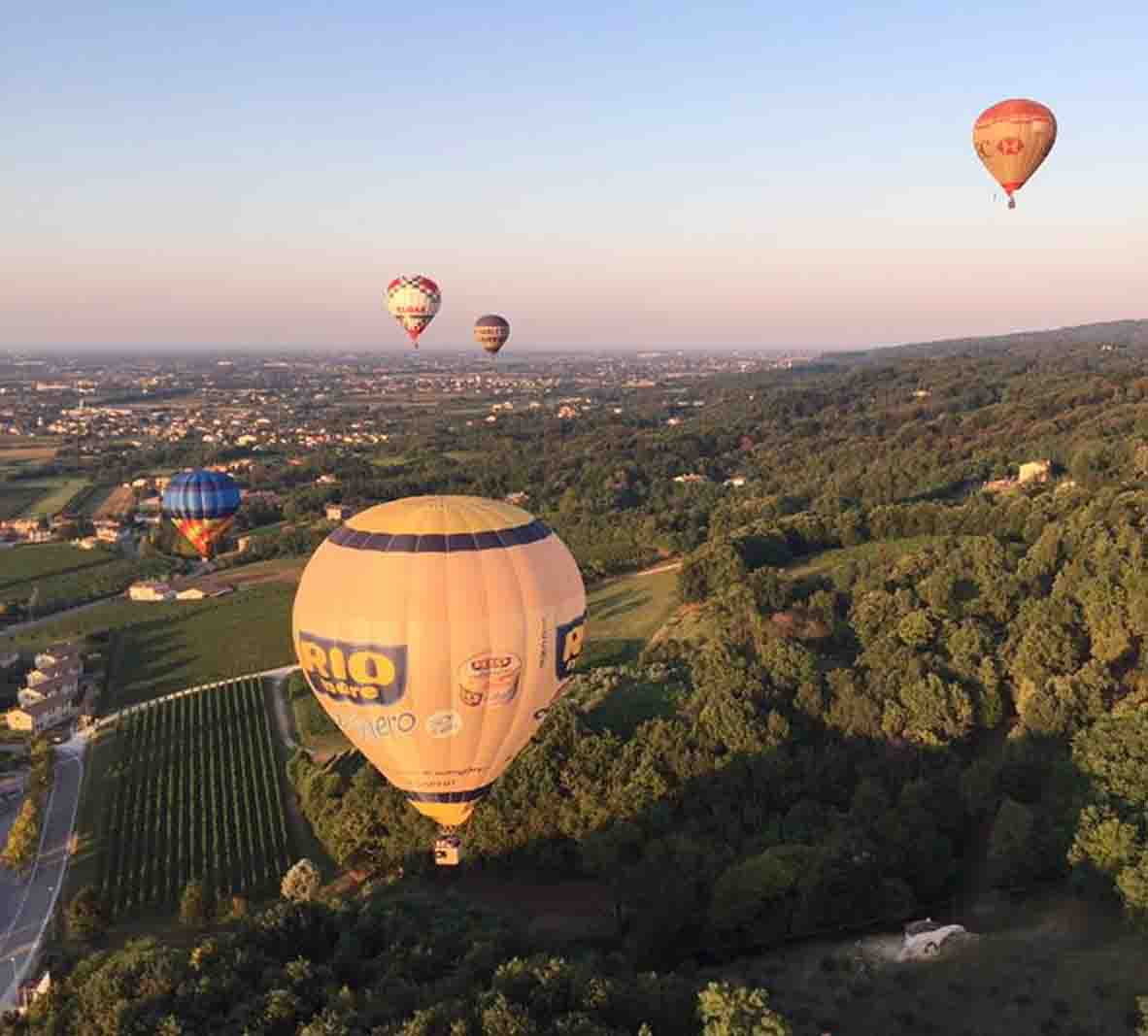 Mongolfiere in volo in toscana