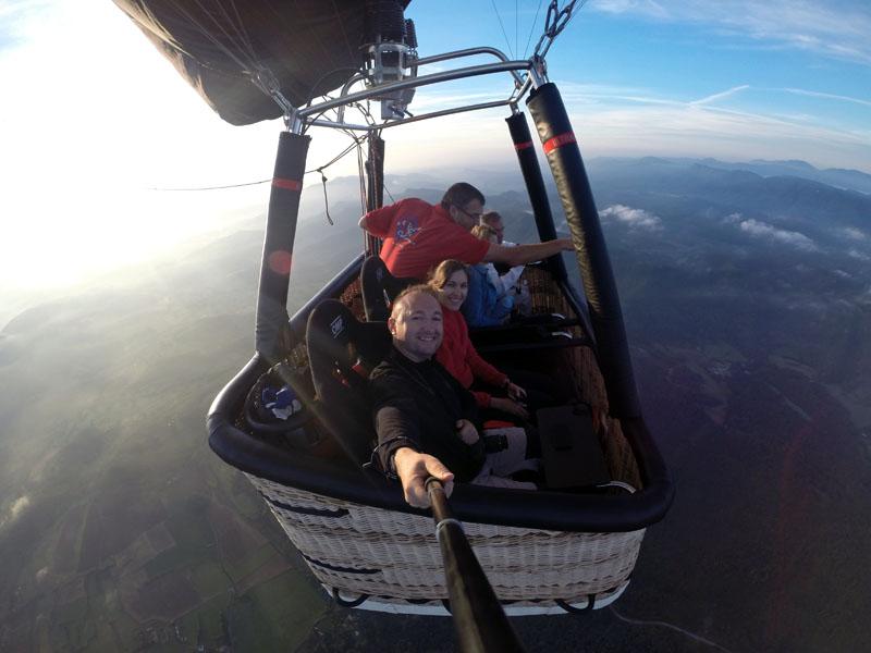 Volo seduti in mongolfiera selfi