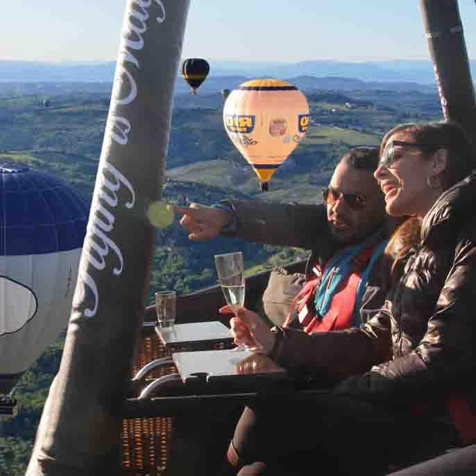 Seduti in un cesta di mongolfiera durante un volo